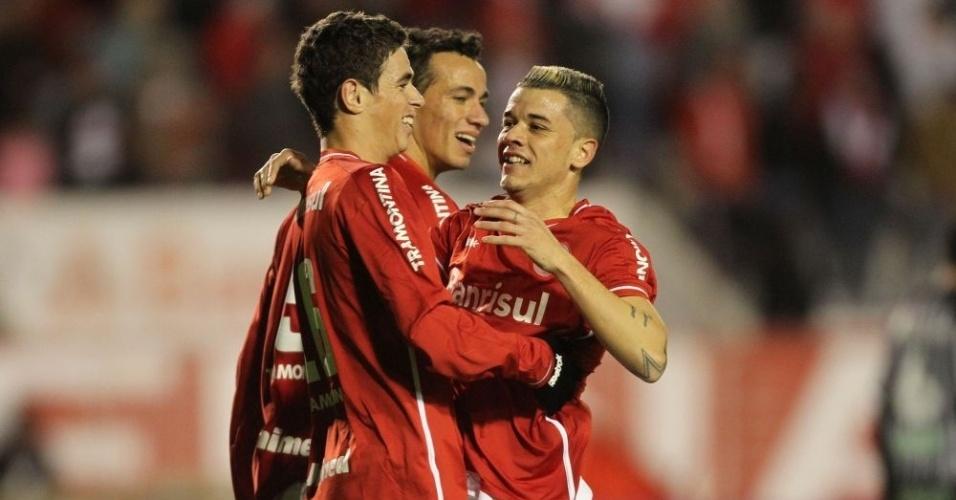Oscar abraça D'Alessandro; dupla foi destaque do Inter contra o Figueirense (26/06/11)