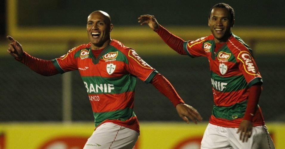 Edno comemora um de seus gols na vitória da Portuguesa sobre o São Caetano, no Canindé (28/06/2011)