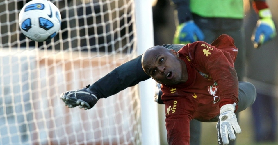 Jefferson executa bela defesa durante o treinamento da seleção brasileira