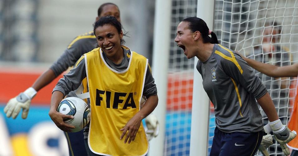 Marta, com uma bola na mão, foi boleira no treino desta terça-feira da seleção brasileira para a Copa do Mundo (28/06/2011)