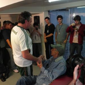 Abel Braga cumprimenta Pinheiro (sentado) quando ele visitou o Flu no dia 29 de junho deste ano