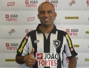 Atacante Alexandre Oliveira chega ao Botafogo após atuar no futebol dos Emirados Árabes Unidos