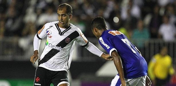 Felipe tenta passar pela marcação adversária no jogo entre Vasco e Cruzeiro (29/06/2011)