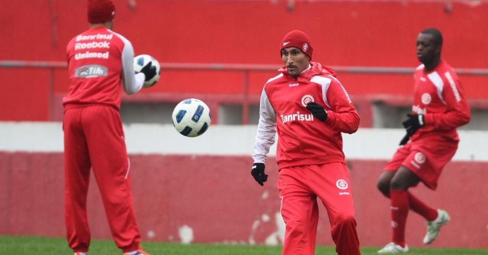 Guiñazu treina no Inter com luvas e touca para fugir do frio de Porto Alegre (29/06/11)