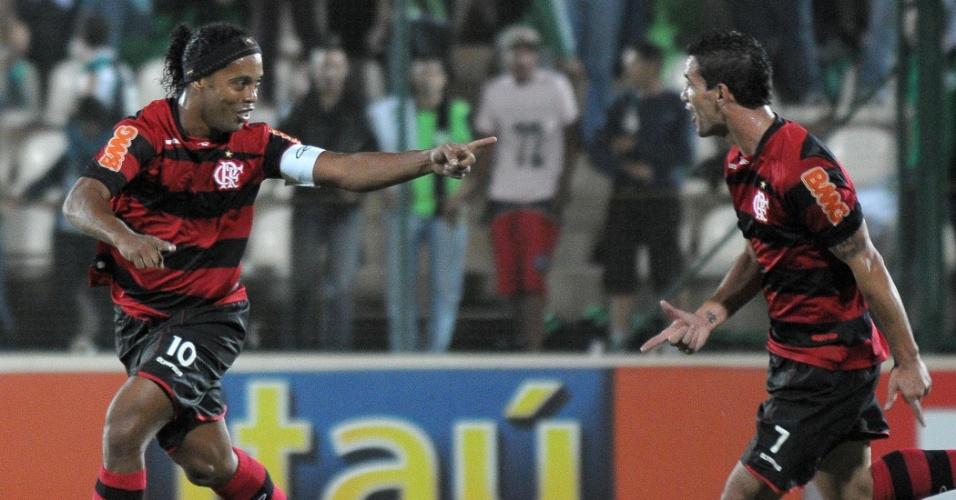 Ronaldinho comemora um de seus gols contra o América-MG, pelo Brasileirão (29/06/2011)