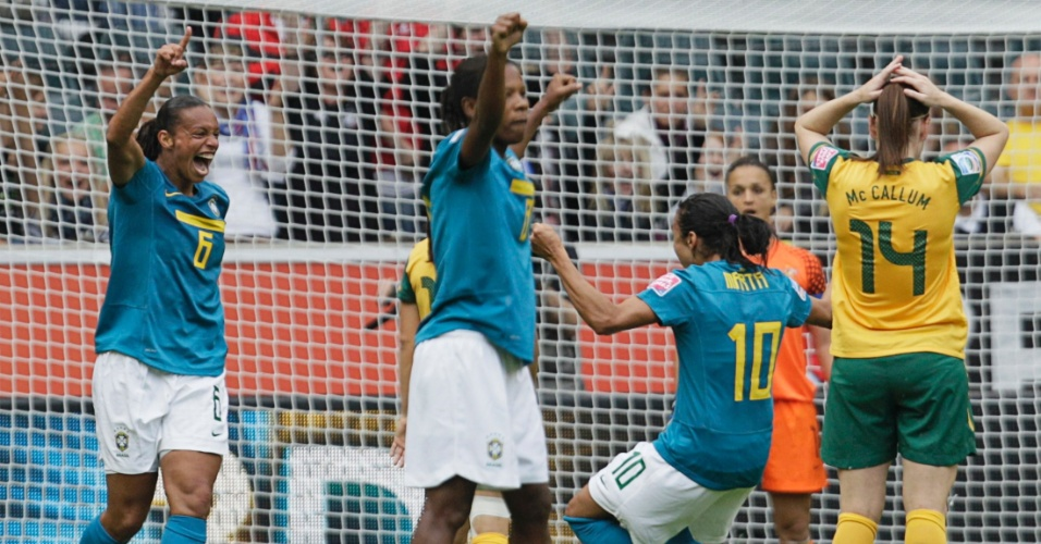 Rosana (e) comemora ao marcar o gol da vitória do Brasil sobre a Austrália (29/06/2011)