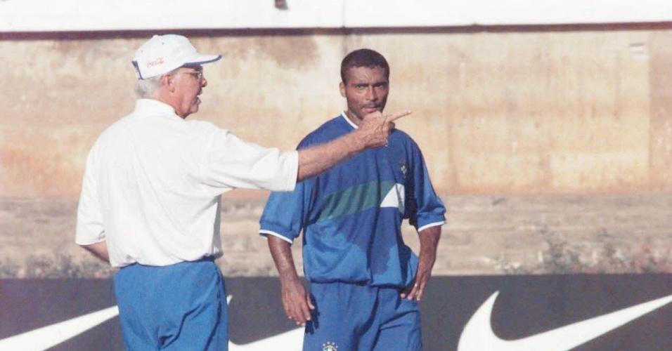 Zagallo dá instruções a Romário em treino da seleção