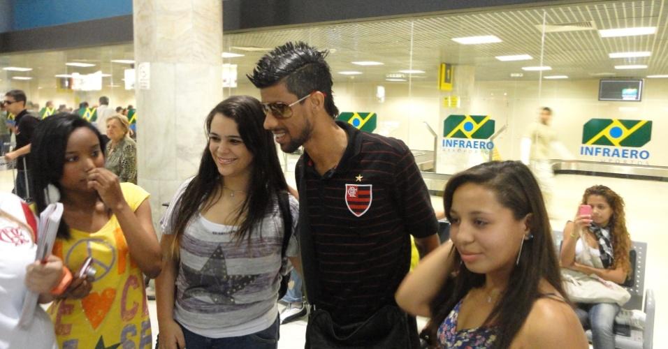 Leonardo Moura tira foto com torcedora no desembarque do Flamengo (30/06/2011)