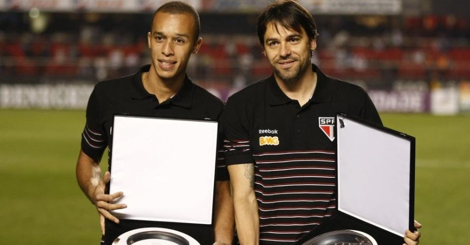 Miranda (e) e Bosco recebem homenagem do São Paulo antes do jogo contra o Botafogo
