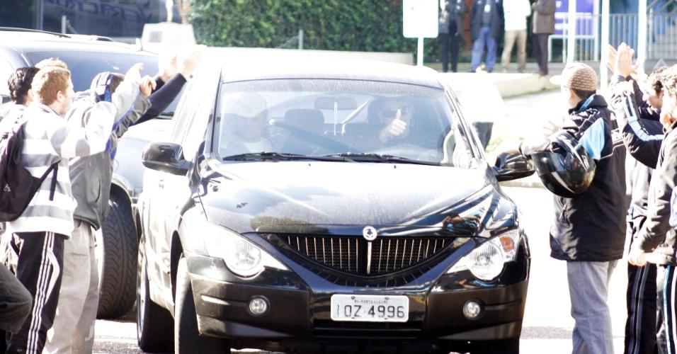 Renato Gaúcho chega ao Olímpico e tem carro cercado pelo torcedores (30/06/2011)