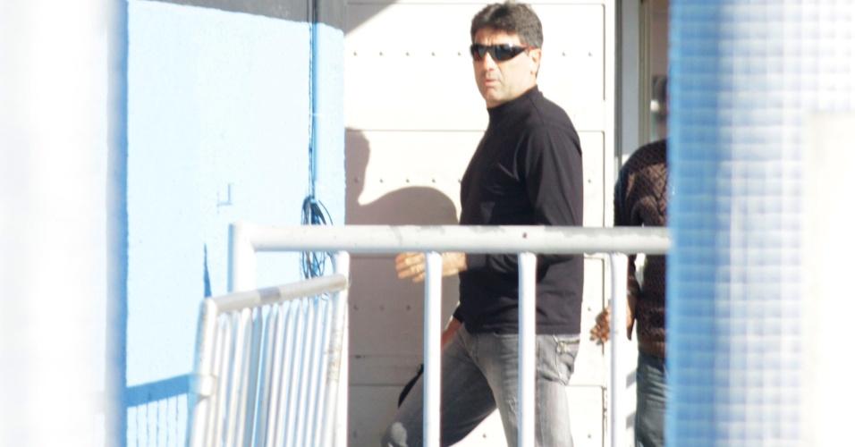 Renato Gaúcho entra no vestiário do Olímpico ouvindo apoio dos torcedores (30/06/2011)