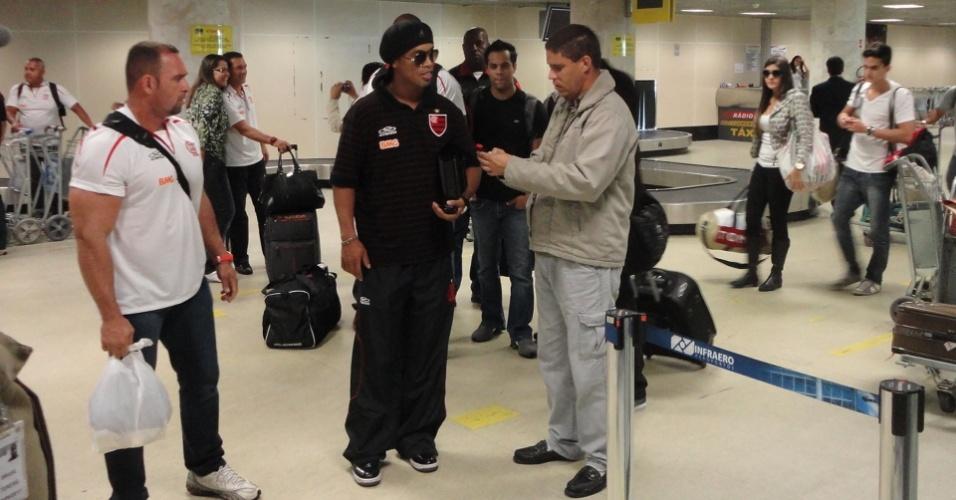Ronaldinho Gaúcho conversa com um torcedor no desembarque do Flamengo (30/06/2011)