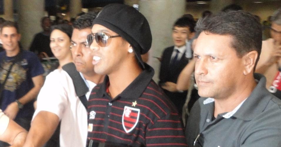Ronaldinho Gaúcho deixa o Santos Dumont, no desembarque do Flamengo, escoltado por seguranças (30/06/2011)