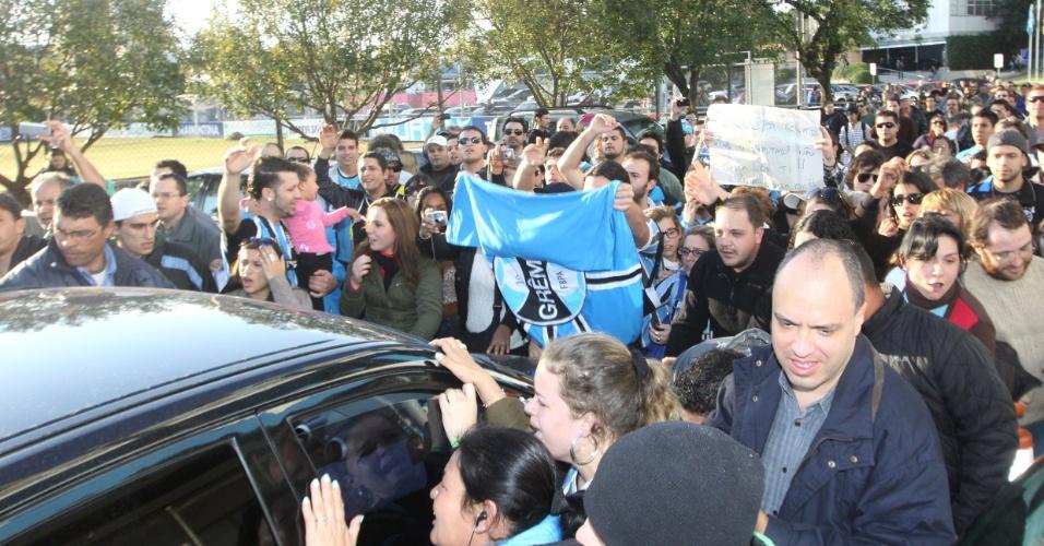 Torcedores do Grêmio param carro de Renato Gaúcho na saída do Olímpico (30/06/2011)