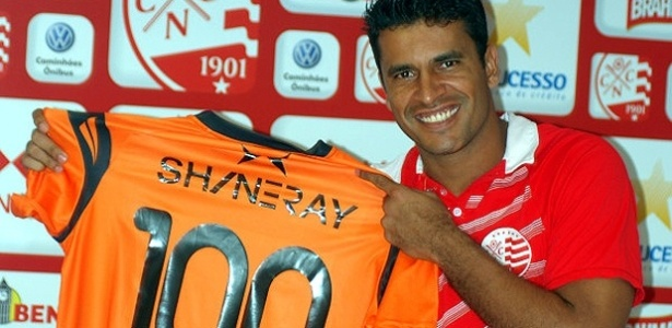 Gledson mostra camisa comemorativa que usará ante o Guarani, em alusão ao seu 100º jogo pelo Náutico (01/07/2011)