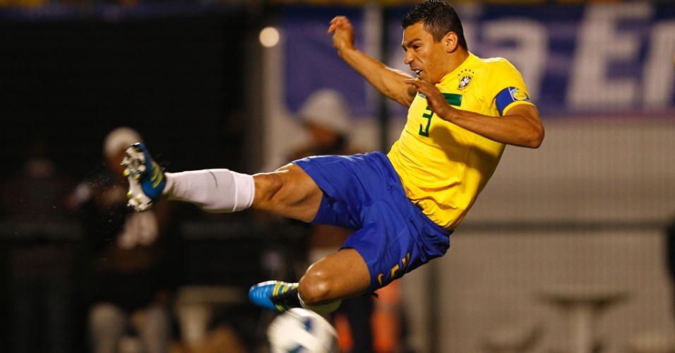 Lúcio, zagueiro do Brasil, durante amistoso contra a Romênia