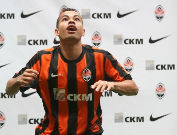 Dentinho brinca com a bola durante a sua apresentação no Shakhtar Donetsk