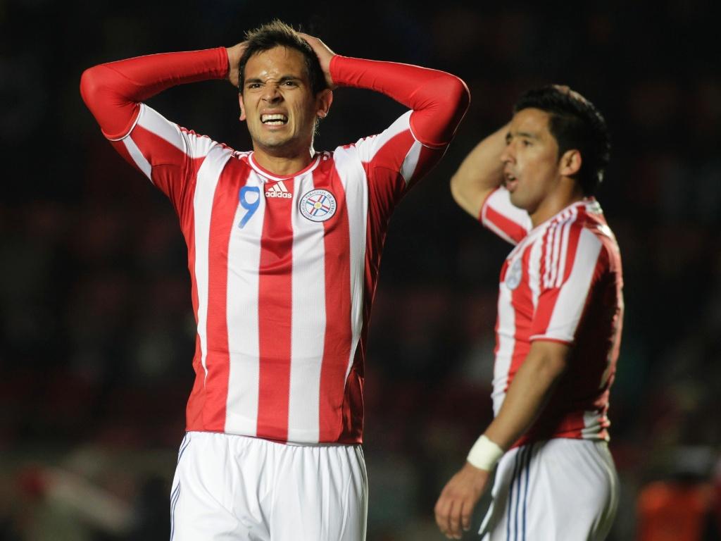 Santa Cruz e Lucas Barrios lamentam durante empate do Paraguai com o Equador (03/07/2011)