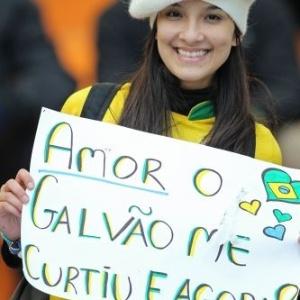 Torcedora exibe faixa sobre o narrador da TV Globo, Galvão Bueno