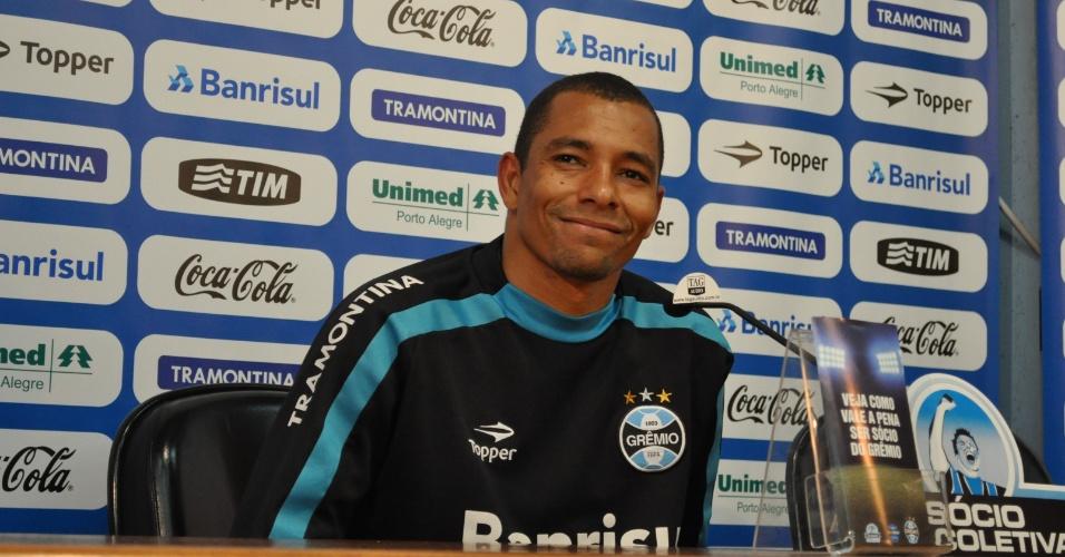 Gilberto Silva sorri durante entrevista coletiva no Grêmio (04/07/2011)