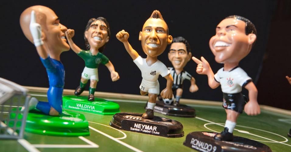 Bonecos em miniatura de Neymar, Ronaldo, Marcos e Valdivia
