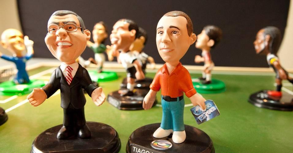 Bonecos miniatura de Milton Neves e Tiago Leifert, assinados pelo escultor Wilson Iguchi