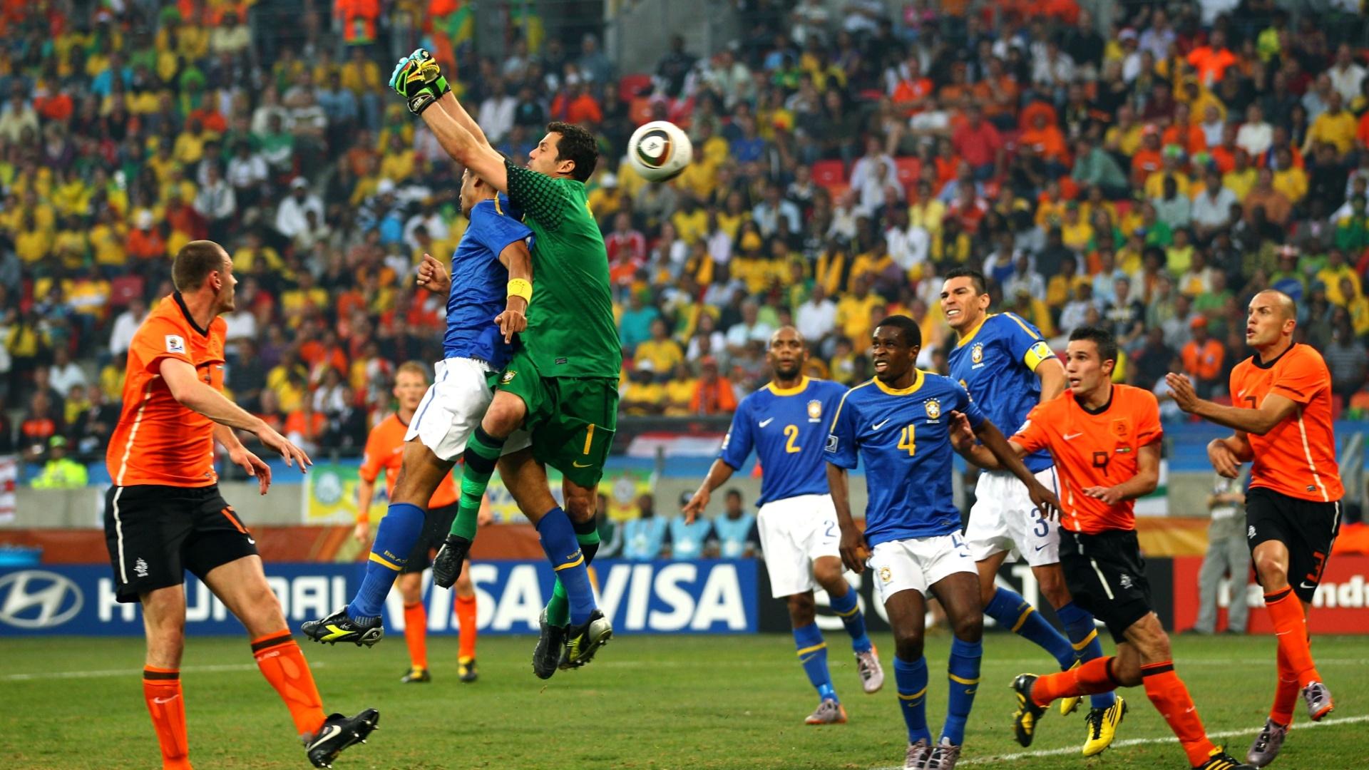 Com contribuição de Felipe Melo, Julio Cesar falha e Holanda elimina o Brasil da Copa de 2010