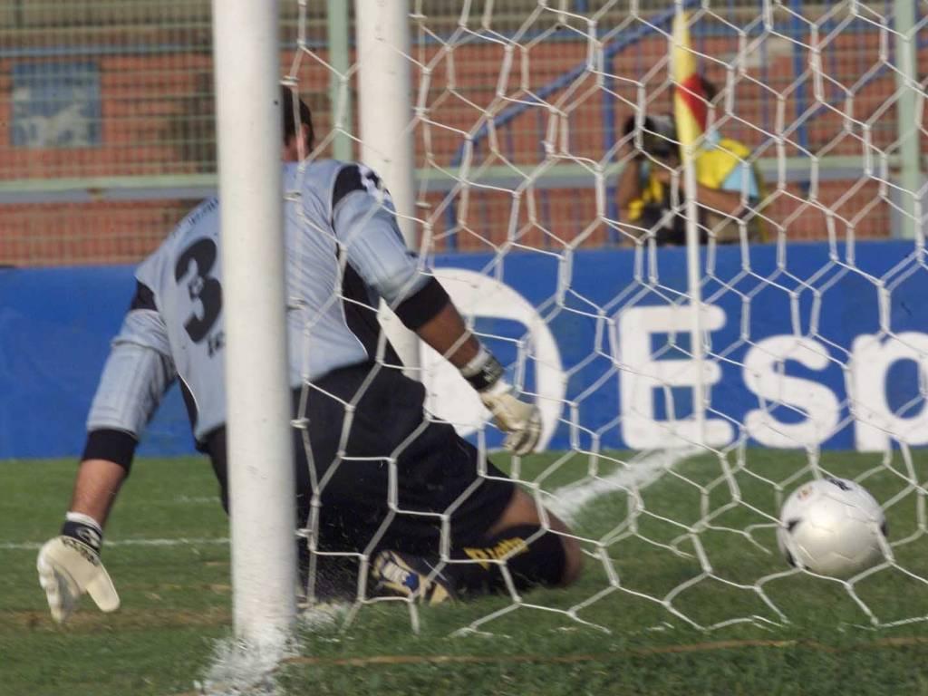 Frango do goleiro Carlos Germano, no segundo gol do Corinthians marcado por Ewerthon, contra a Portuguesa, em 2001