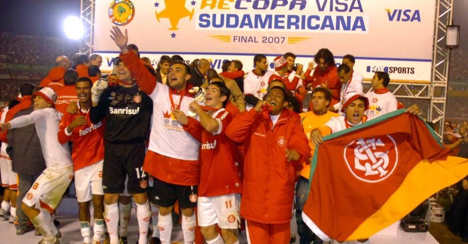 Jogadores do Internacional comemoram o título da Recopa Sul-Americana(07/06/2007)