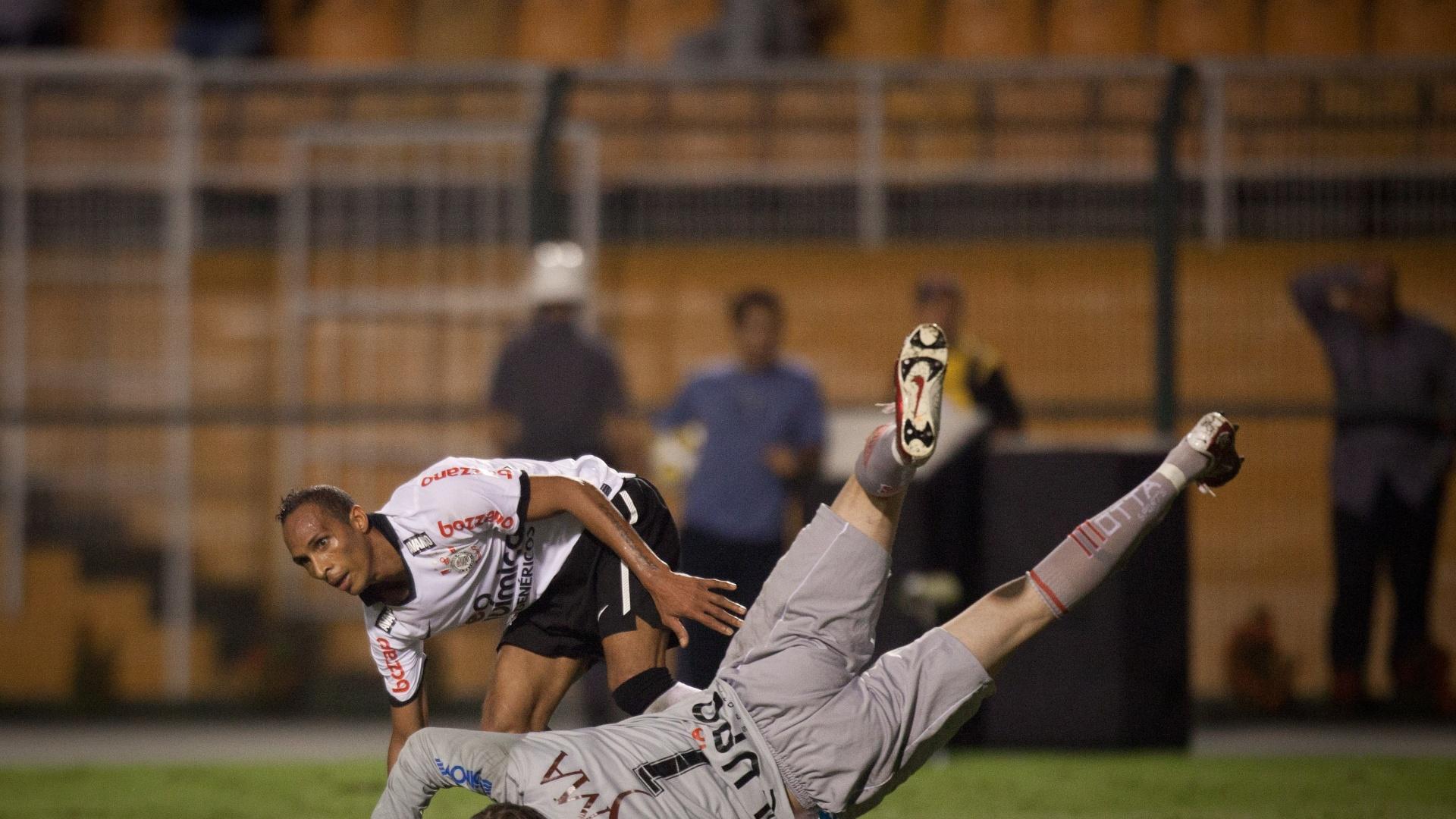 Liedson marca seu segundo gol contra o Mogi Mirim no Paulistão contando com a ajudinha do goleiro