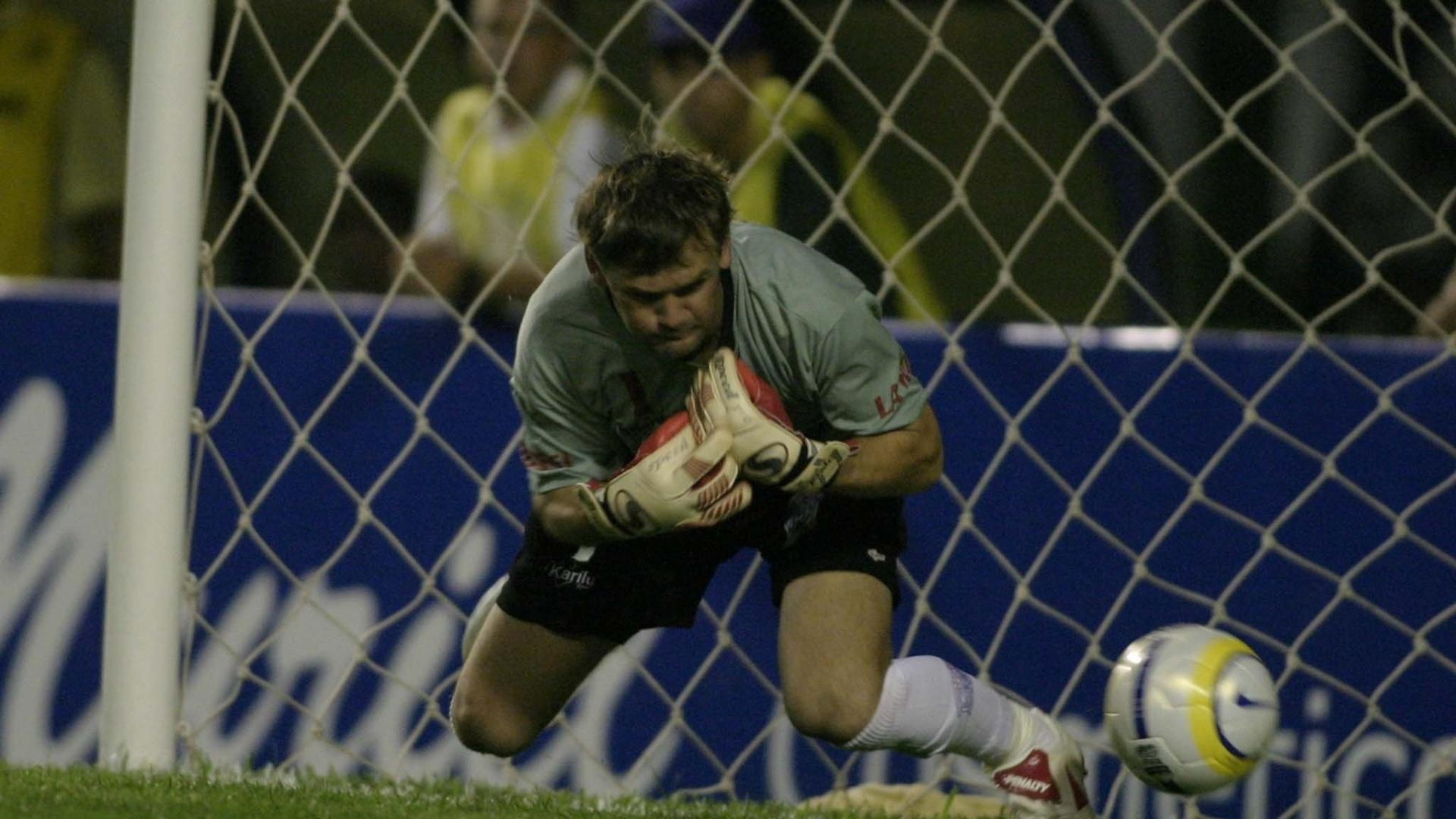 O goleiro Adir, do Cianorte (PR), falha em cobrança de falta do meia Roger, do Corinthians, em 2005