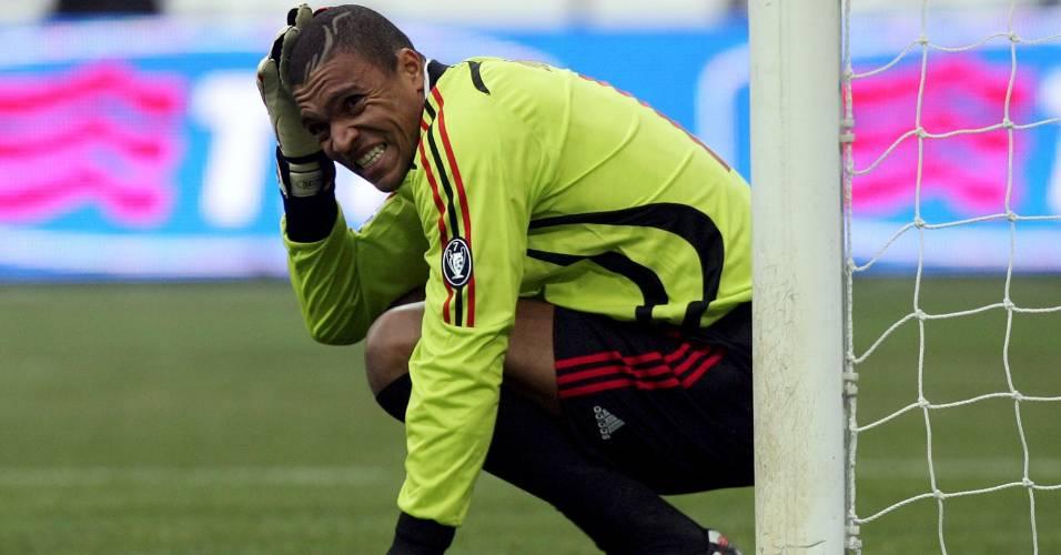 O goleiro Dida, do Milan, lamenta falha durante a derrota por 2 a 1 para o Internazionale, em Milão, na Itália