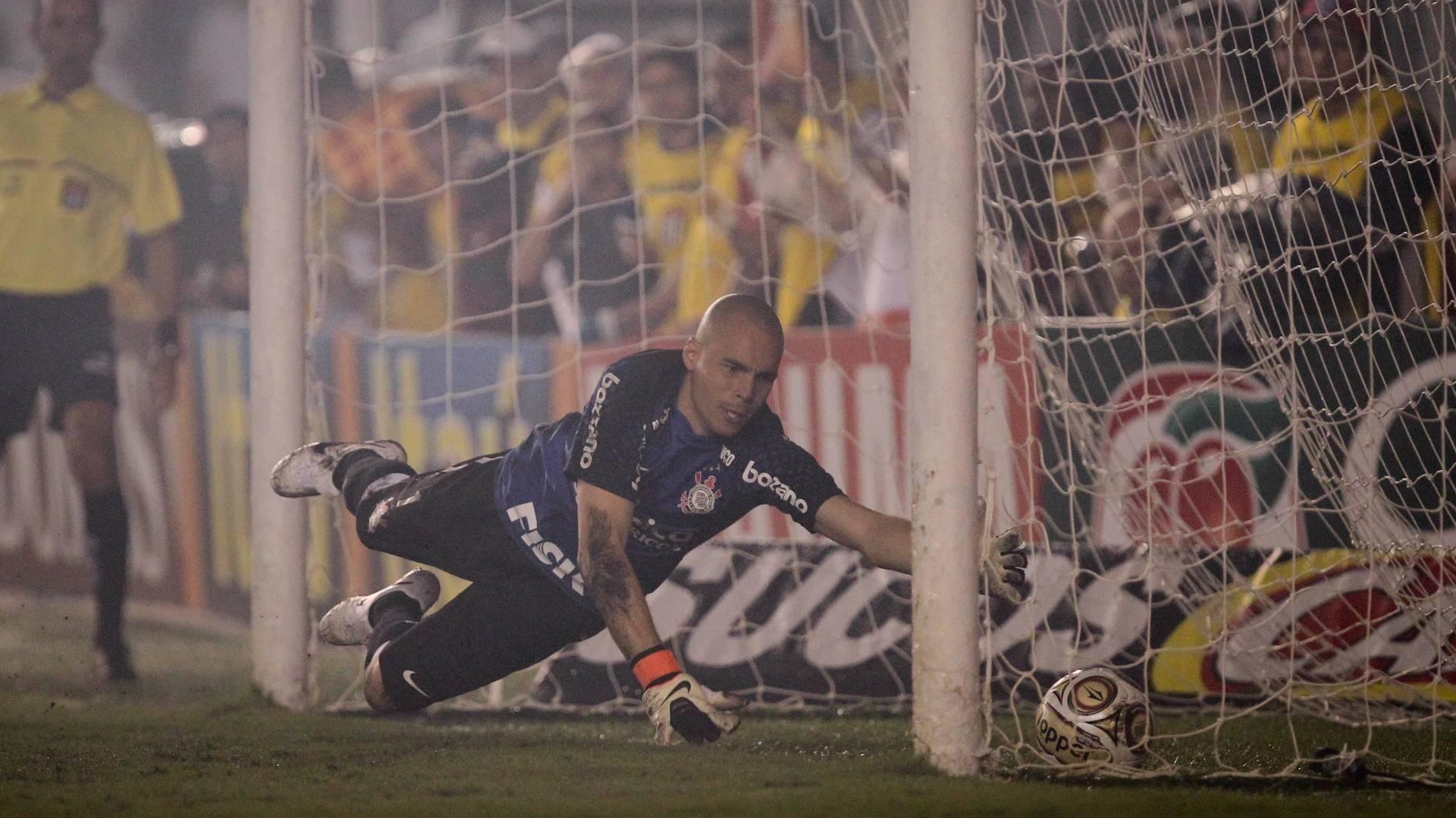 o goleiro Júlio César, do Corinthians, busca a bola no gol após falha na final do Campeonato Paulista 2011