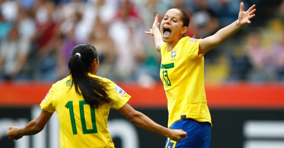 Erika (d) comemora com Marta após abrir o placar para o Brasil contra Guiné