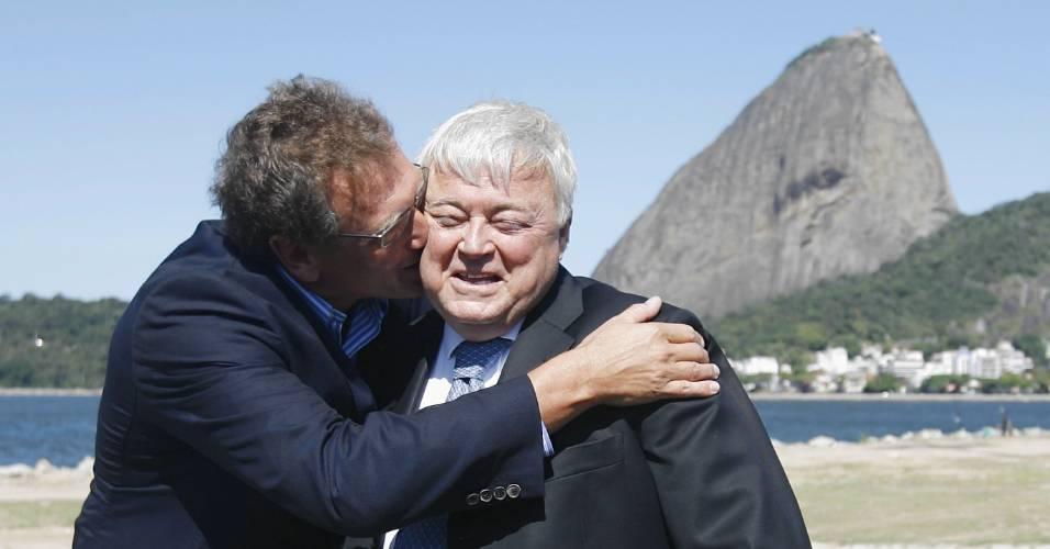 Jeróme Valcke beija Ricardo Teixeira em encontro dos dois no Rio de Janeiro, em 2010