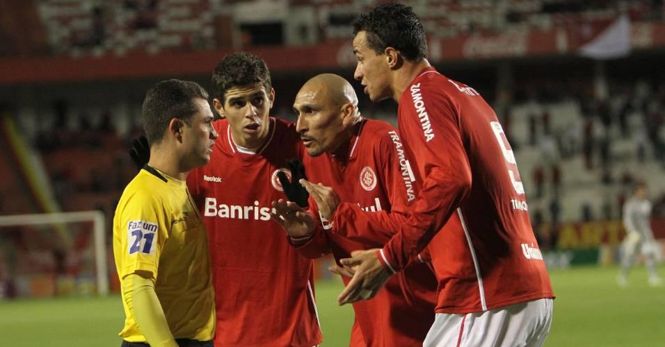 Oscar, Guiñazu e Leandro Damião do Inter reclamam com o auxiliar gol anulado contra o Atlético-PR (06/07/2011)