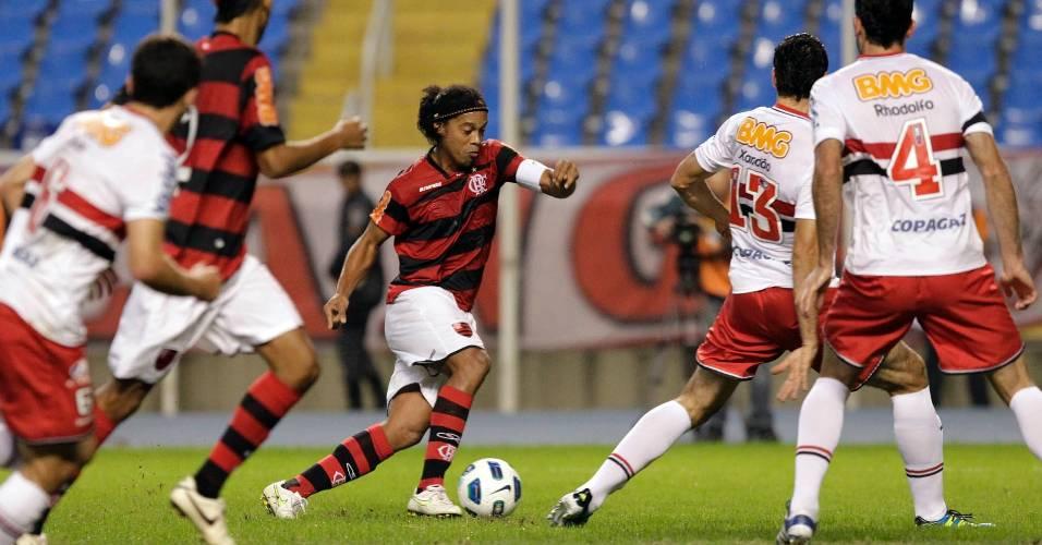 Ronaldinho Gaúcho tenta passar pela defesa do São Paulo na partida desta quarata (06/07/2011)