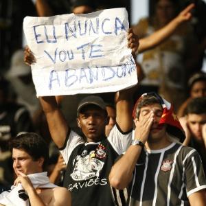 Torcedores do Corinthians acompanham o empate com o Grêmio por 1 a 1 no estádio Olímpico, em Porto Alegre, que terminou no rebaixamento da equipe para a Série B, em 2007