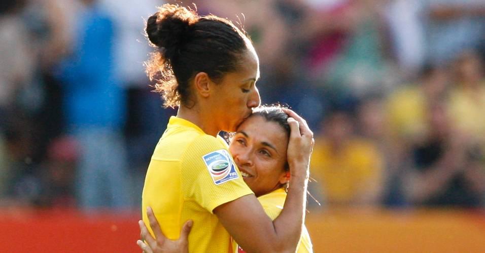 Aline e Marta comemoram gol da seleção contra a Guiné Equatorial