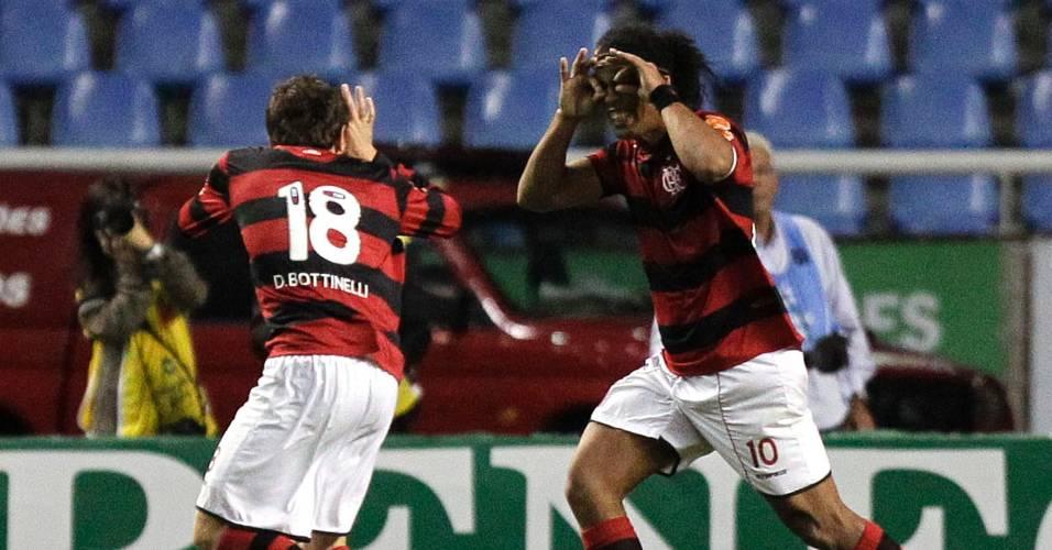 Darío Bottinelli comemora com Ronaldinho Gaúcho o seu gol pelo Flamengo (06/07/2011)