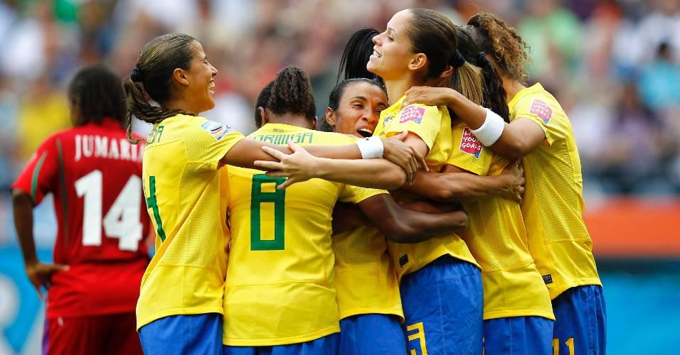 Jogadoras do Brasil se abraçam após gol no duelo contra a Guiné Equatorial