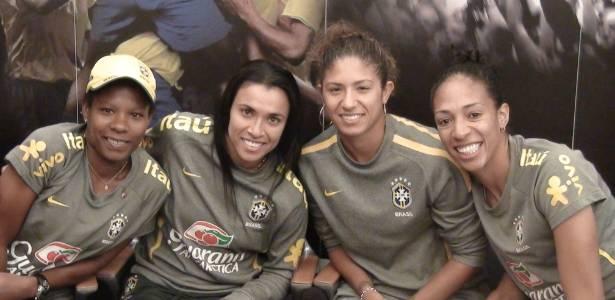 Formiga, Marta, Cristiane e Aline Pellegrino debatem assuntos ligados ao futebol