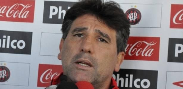 Técnico do Atlético-PR, Renato Gaúcho, concede entrevista no CT do  Caju