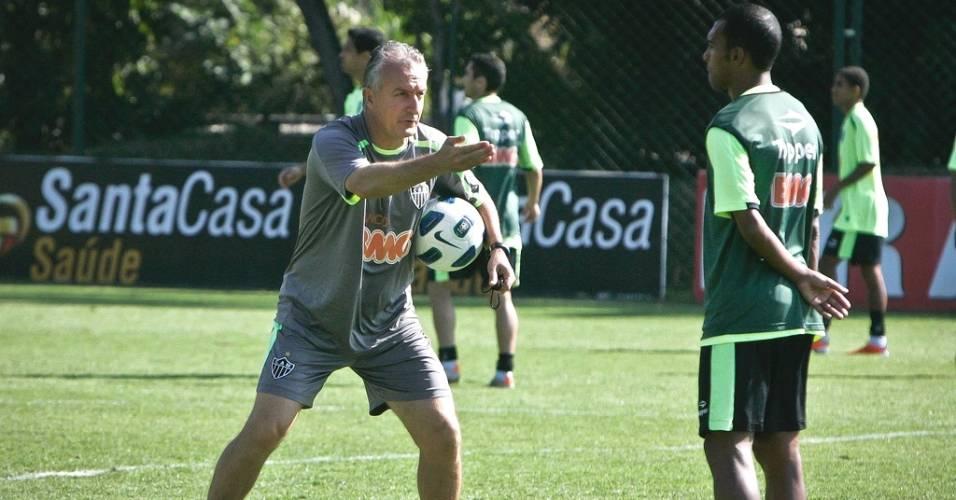 Dorival Júnior orienta Richarlyson durante treino do Atlético-MG na Cidade do Galo (9/7/2011)