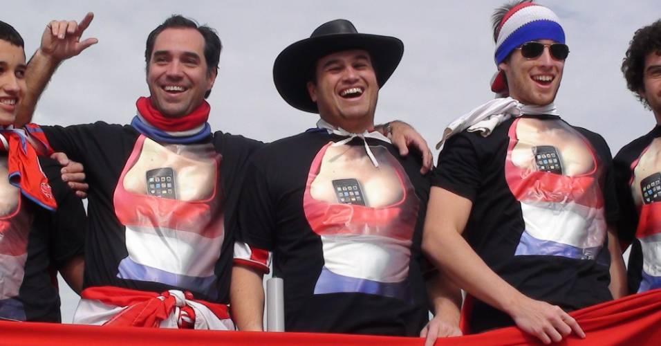 Torcedores do Paraguai usam camiseta que faz alusão à Larissa Riquelme
