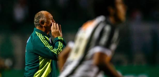 Felipão passa instruções ao time do Palmeiras na beira do gramado durante clássico
