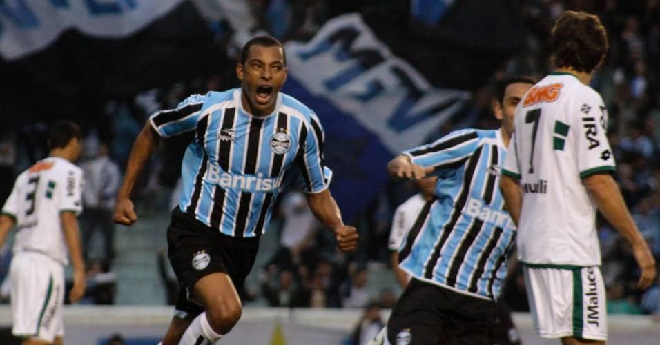 Gilberto Silva comemora gol do Grêmio contra o Coritiba (10/07/2011)