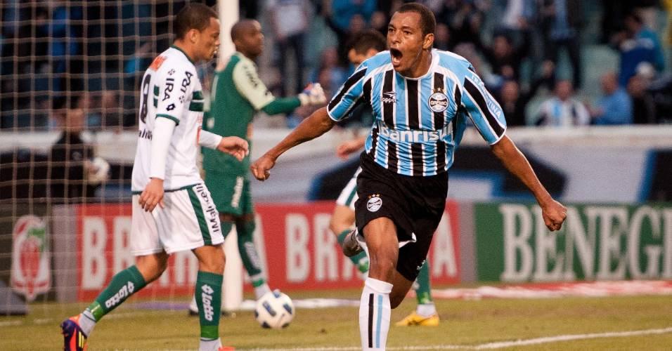 Gilberto Silva comemora primeiro gol do Grêmio contra o Coritiba (10/07/2011)