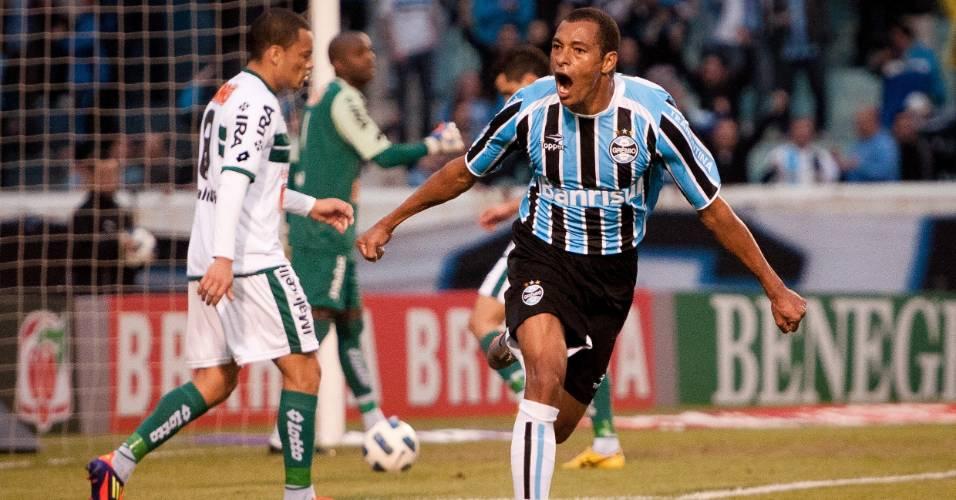 Gilberto Silva vibra ao marcar para o Grêmio contra o Coritiba (10/07/11)