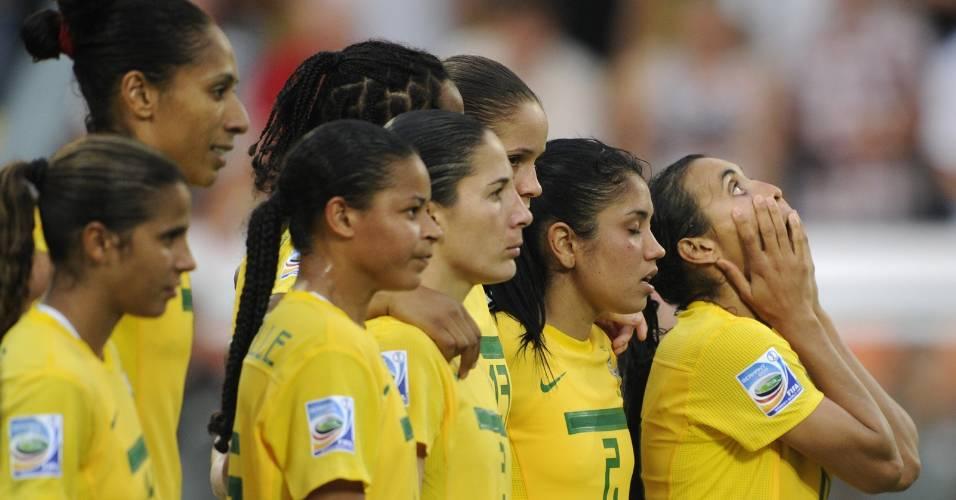 Marta e demais jogadoras do Brasil lamentam pênalti perdido contra os EUA